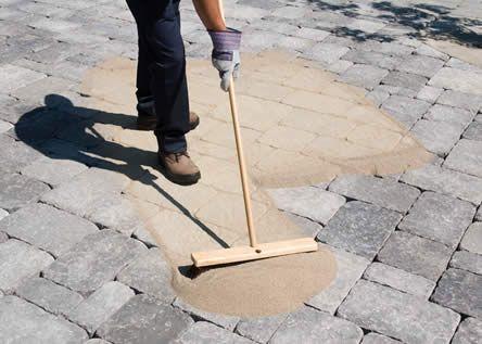 Voegen met polymeerzand Voegen die te groot zijn voor het voegen met zand (2 mm) kunnen gevuld worden met polymeerzand. Dit is een voegmiddel die nog steeds een flexibiliteit bevat na uitharding. Cement en epoxy hebben dit niet, waardoor hier geen kans is op scheuren in de voegen. Polymeervoegen zijn bovendien perfect tegen onkruid en insecten en eenvoudig te gebruiken.