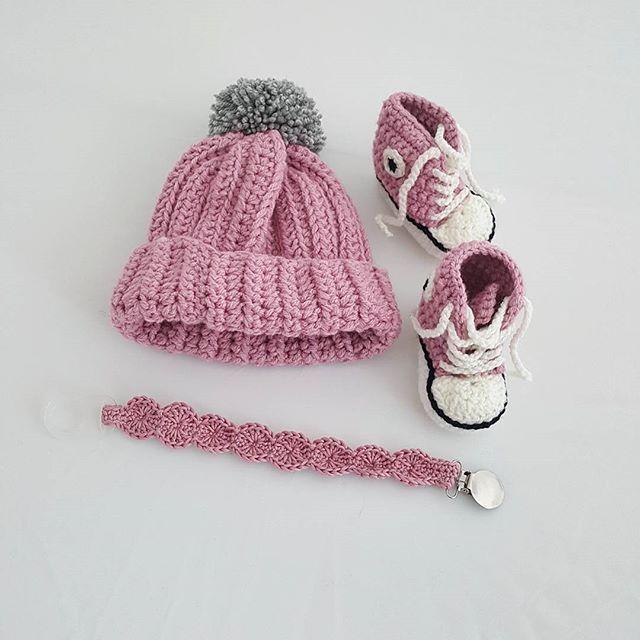 Ett rosa kit som åkte iväg till posten i helgen 👌 mössa:150 kr converse:100 kr och napphållare:100 kr. Just nu är det snabb leveranstid passa på att beställa 😀 #crochet #virkat #virka #virkad #mössa #napphållare #converse #jaqulinesplats