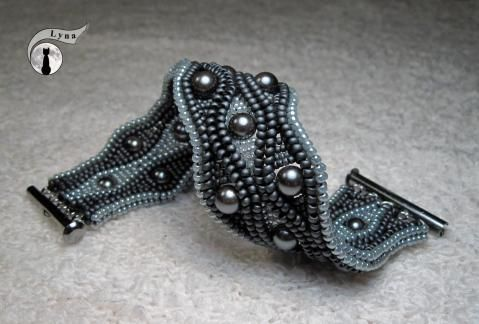 Serpentine, by Lyna - if I'm interpreting Google translate correctly, she made the 4-bead herringbone ropes first, then joined them to make the serpentine. Then she added the small beads. It looks like the pearls went in with the small beads.