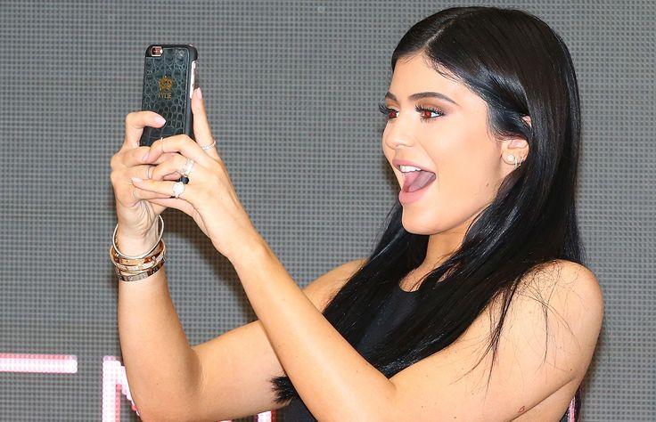 """Una vez más la menor del clan Kardashian/Jenner """"rompió"""" el internet, ahora gracias a los brazaletes Cartier que siempre la acompañan, ya que según un estudio, es el accesorio más buscado en Google. ¿Sabes cuánto cuesta?"""