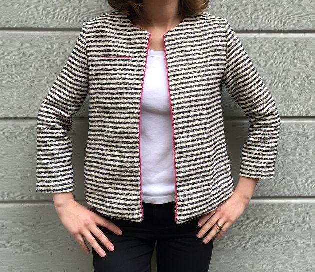Petite veste rayée par Lou and Jo. A faire avec patron Bernadette de République du chiffon / jersey rayé + jersey écru matelassé en doublure.