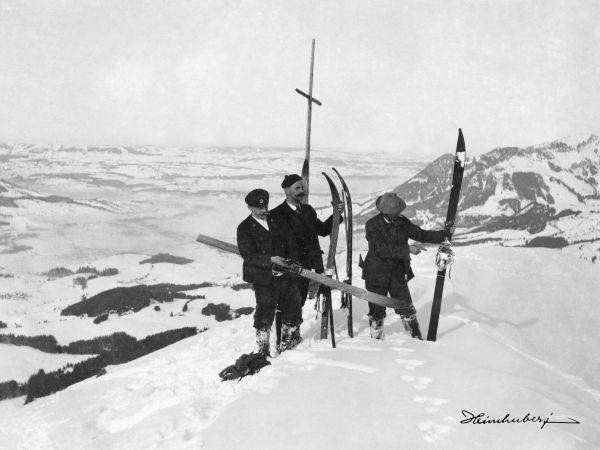 Skitour am Sonnenkopf. Nostalgische Bergbilder von Tourengängern, Skispringern und Rodlern. Entdecken Sie jetzt unsere große Vielfalt an Motiven!