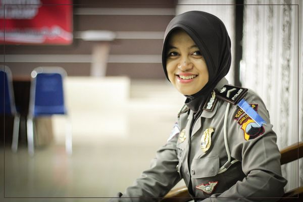 "Tribratanews.com – Menjadi anggota Kepolisian Republik Indonesia, tak dapat memisahkan Brigadir Dua (Bripda) Nikitri Lita Aulia dari kegemarannya menangkap momen dan mengabadikannya lewat jepretan kamera.  ""Ya, saya suka dengan dunia fotografi, menangkap momen dan mengabadikannya menjadi sejarah adalah bagian yang sangat menyenangkan,"" ucapnya sambil tersenyum manis."