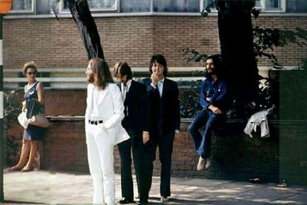 The Beatles, além de longe ser a banda mais influente na música moderna, é a banda quepossui uma das capas de álbum mais emblemáticas do mundo.  Sim! Estamos falando da capa de Abbey Road (1969). Aquele onde aparece os 4 integrantes atravessandoa rua sobre a faixa de pedestre.  A foto foi feita na rua também chamada Abbey Road e em fr...