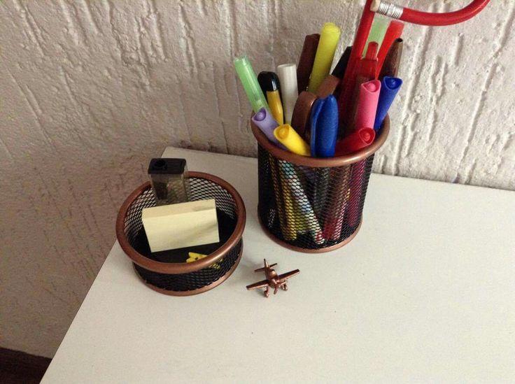 Simples brinquedo e porta lápis aramado viraram lindos objetos para compor a escrivaninha