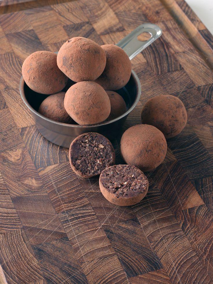 Choklad- och apelsinbollar, veganska och nötfria.   Chocolate and orange date balls, vegan and nut-free.