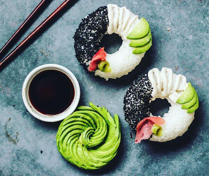 Que existem diversos tipos de sushi pelo mundo afora, todo mundo sabe. Mas sushi donuts, é novidade! Quem começou com a ideia foi Sam, uma moça que adora criar e recriar comidinhas deliciosas! Para fazer estes sushi donuts, Sam untou as forminhas com óleo de coco, colocou o arroz e foi adicionando os itens que não podem faltar como, gergelim, gengibre, wasabi, abacate. Olha só que demais o resultado: #ComendoComOsOlhos [Crédito de Imagens: Sam] | via Bored Panda