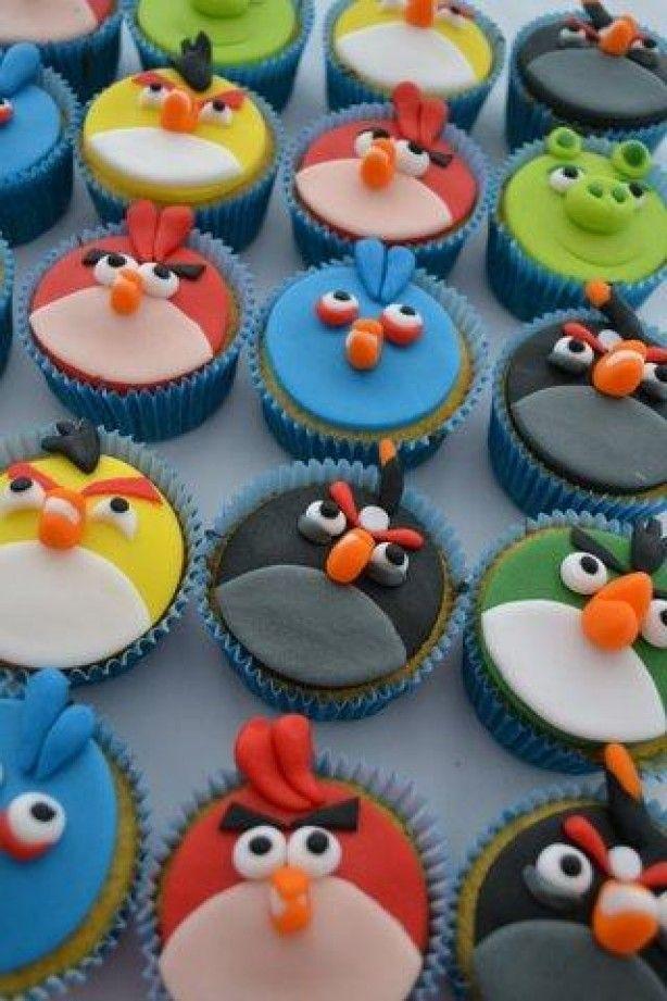 Angry birds cupcakes. Zelf geprobeerd aan de hand van deze foto en die waren ook erg goed gelukt! Cakejes van (gewone) cakemeelmix gemaakt en daarna alles met rolfondant bekleed c.q. versierd. Ik heb snoepoogjes gebruikt. Toptraktatie!