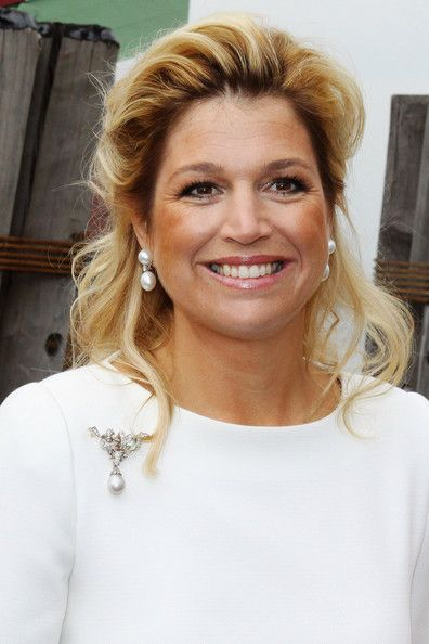 Princess Maxima - She shines in her pearl drops. I like how her hair is arranged in the background to the pearls can shine. And nothing becomes pearls like a real smile.