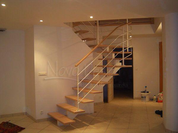 Escalera en u con pelda os y barandas en hierro y madera for Escalera de metal con descanso