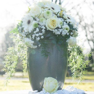 Urne mit Blumengesteck /// Urn with flower arrangement