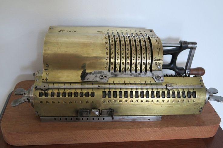 Arithmomètre Ancienne machine à calculer vers 1905 type Brunsviga ou Dactyle in…