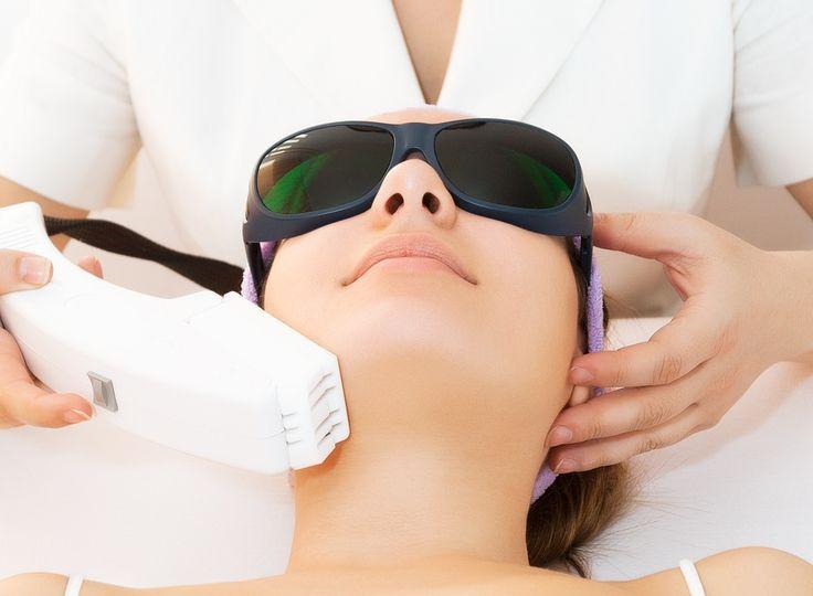 Veja como funciona o tratamento estético de Luz Pulsada para manchas na pele. Veja o antes e depois, se há riscos ou contraindicações.