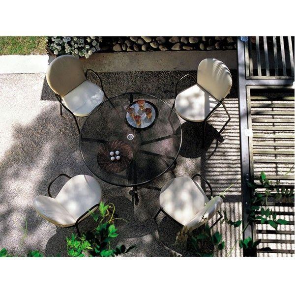 Emu Cambi Round tafel 120 cm. Heerlijk ontbijten in de tuin of dineren tot laat? De #Emu #tafel is hier uitermate geschikt voor! #tuintafel #design #Flinders