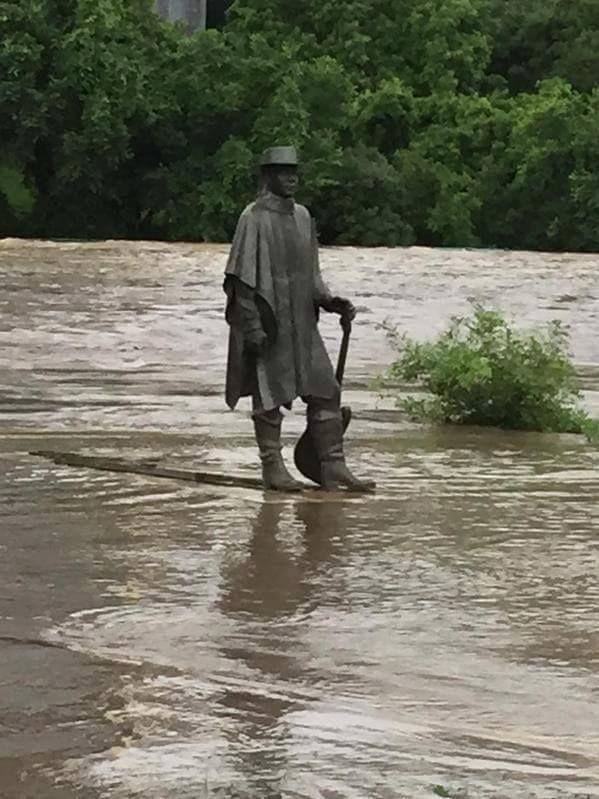 La estatua Stevie Ray Vaughan durante la inundación de Texas. 8  - @Mauro35FVarela