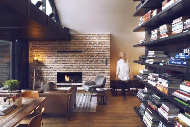 Coin salon avec une cheminée et un mur en briques