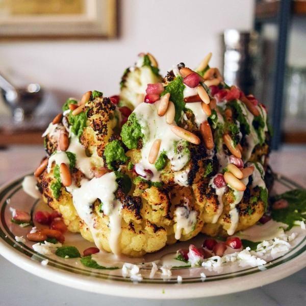 Dieser ganze geröstete Blumenkohl wird euch beweisen, dass Gemüse spitze schmecken kann.