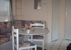 Ouderslaapkamer met tweepersoonsbed Twee extra slaapplaatsen d.m.v. het uitschuiven van de eethoekzitting Complete badkamer met vaste wc, douche en wastafel Warmwater d.m.v. geiser