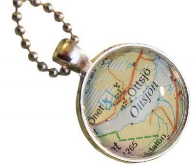 Anna Hållsten gör smycken av gamla kartor.