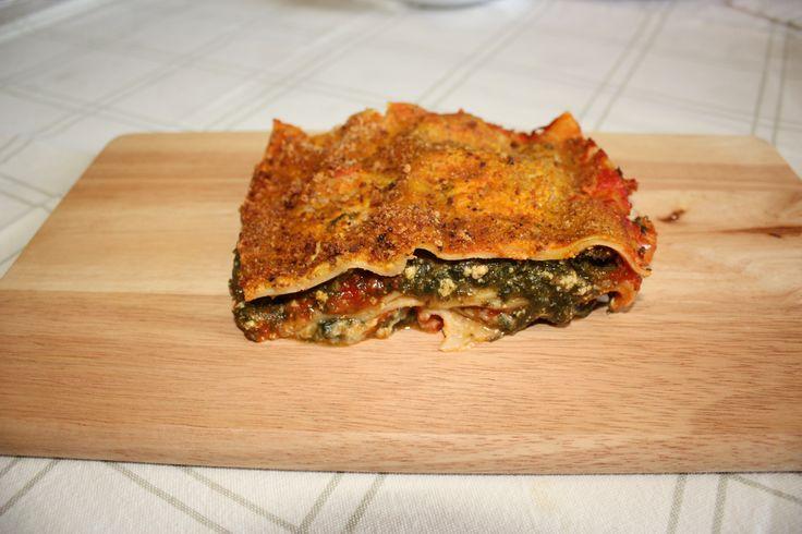 Lasagna agli spinaci - Uno dei tipici piatti italiani. La mia versione è farcita con spinaci e tofu affumicato. Un modo ricco e gustoso per portare a tavola un ottimo e amatissimo piatto.