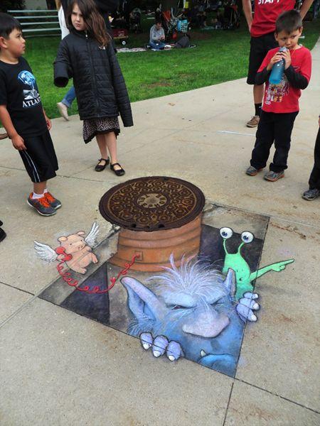 David Zinn est un illustrateur qui a fait de la rue son terrain de jeu. En détournant les perspectives et les lieux public, l'artiste parvient à l'aide de quelques coups de craie à rendre une illustra