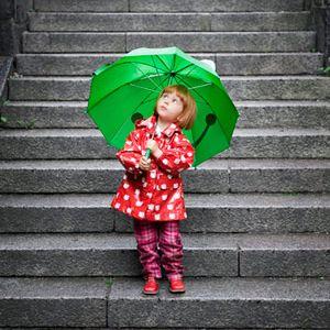 Дождливые развлечения. Когда за окном идет дождь, это не повод отменять прогулку или включать мультики. Дождь – это возможность узнать много нового, познакомиться с природными явлениями и начать мастерить необычные вещи. Мы расскажем вам, чем заняться в плохую погоду, а также вместе научимся ловить радугу и делать разноцветный дождик.
