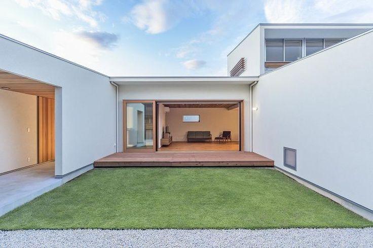 専門家:WORKS・WISE 大桑博彦が手掛けた、芝生のあるコートハウス (日中)(丸川の家)の詳細ページ。新築戸建、リフォーム、リノベーションの事例多数、SUVACO(スバコ)