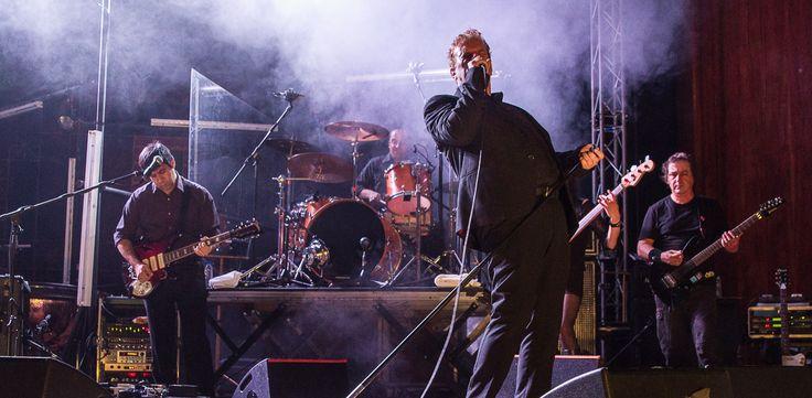 """Mão Morta + Remix Ensemble apresentam o single """"Pássaros a esvoaçar""""  """"MÃO MORTA + REMIX ENSEMBLE - AO VIVO NO THEATRO CIRCO"""" é o disco ao vivo (duplo) que regista o primeiro concerto deste encontro improvável entre a banda bracarense e a Sinfonieta de 15 elementos da Casa da Música.  +info em http://wp.me/p5MaUC-5wR  #CasaDaMúsica #MãoMorta #RemixEnsemble #SonyMusic"""