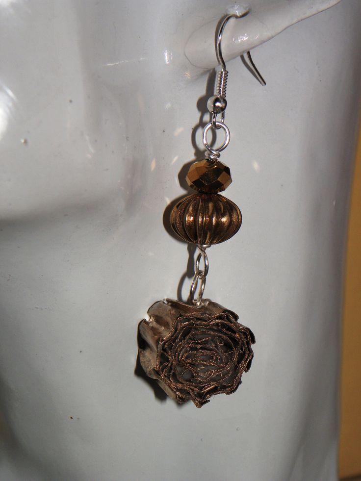 """orecchini """"riciclosi"""" realizzati con perla di vetro dorata e ciondolo realizzato con riciclo di cartoncino bianco ondulato (quello delle confezioni di brioches) ritagliato, arrotolato e colorato con color oro"""