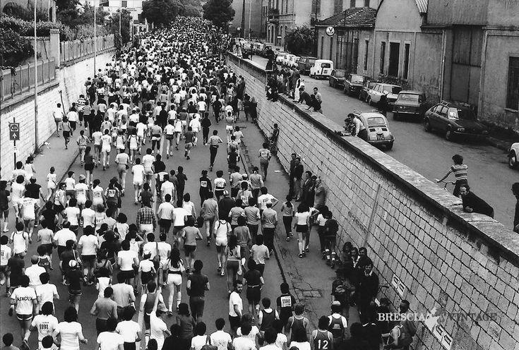 """""""Passaggio atleti della 20 Miglia"""" - 1974 http://www.bresciavintage.it/brescia-antica/arti-e-mestieri/passaggio-atleti-della-20-miglia-1974/"""