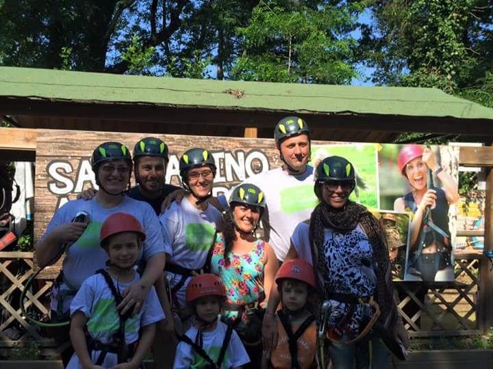Tutti in posa prima di cominciare ad arrampicarci sui percorsi del San Marino Adventures
