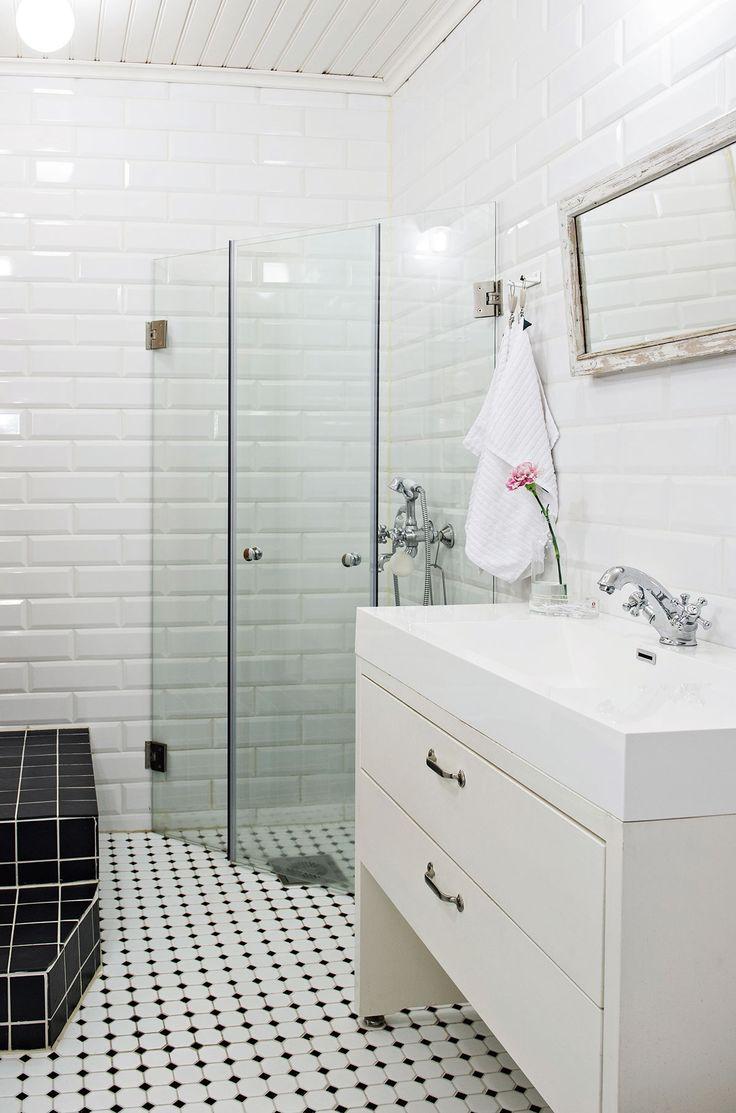 Kylpyhuoneen seinät laatoitettiin fasettihiotuilla RTV:n Plaqueta Blanco Brillo -laatoilla. Lattiaan laitettiin Kaakelikeskuksen Hexacon-malliston laattoja. Suihkuseinä on Hietakarin ja allas RTV:n mallistosta. Allaskaappi on teetetty mittojen mukaan Puusepänliike Hannes ky:ssä.