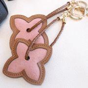 淡いピンクのカーフスキンが可愛い♪ シンプルな牛革素材の14金バッグチャーム  SFSELFAA0000691