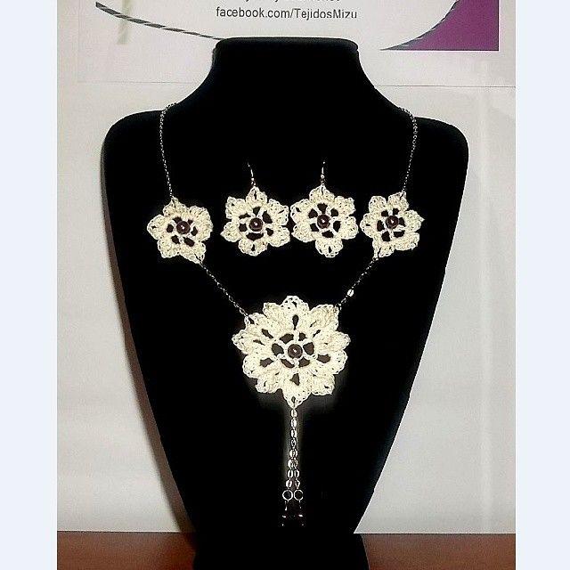 Collar 57: hilo color crudo y perlas burdeo. Con aros. Ch$6.000.