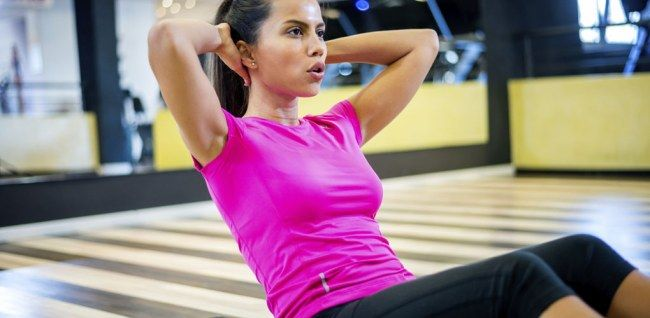 Hart, anstrengend und super effektiv: Crossfit ist gerade mega angesagt. Wir zeigen euch ein Workout speziell für Einsteiger.