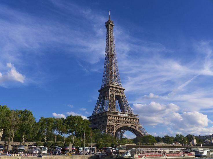Eiffelova věž (francouzsky La Tour Eiffel /tuʀ ɛfɛl/) je ocelová věž v Paříži. Eiffelova věž byla postavena u příležitosti stého výročí velké francouzské revoluce a Světové výstavy, která se v roce 1889 v Paříži konala, a měla zde původně stát jen 20 let do roku 1909. Ovšem kvůli svému významu coby meteorologická stanice a později i rozhlasový a televizní vysílač byla zachována.