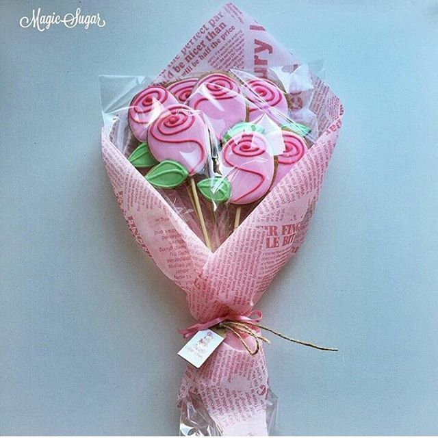 The perfect #Valentines gift! Edible flowers are always the best :). Rose cookies by @magicsugar_samara