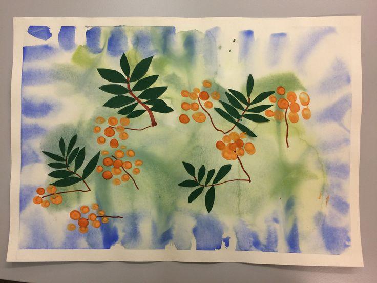 Pohja peiteväreillä märälle Steiner-paperille. Ruskea permanent-tussi varsissa. Lehdet vihreästä paperista, marjat oranssilla pullovärillä.
