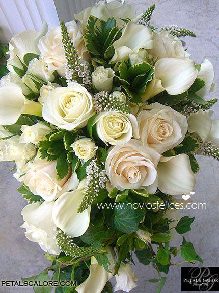 Ramo de novia con sutil cascada de rosas blancas y verónicas espigadas