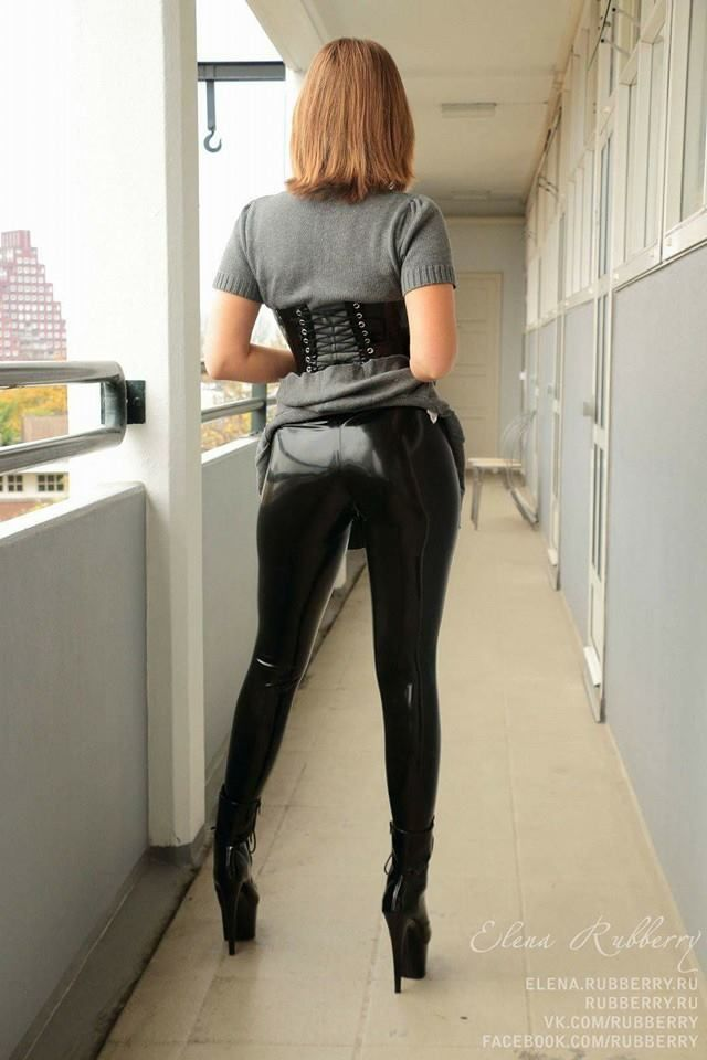 She's sex in leder leggings this niceee
