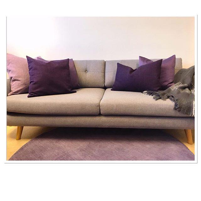 Nästa år blir ett färgstarkt år  Våra soffor från @sofacompany_se matchar vi med kuddar & mattor från alla paletter först ut här är lila  (hyrpriser på hemsidan) #hyramöbler #hyradekor #kuddar #kelimmatta #mattor #interiör #svenskdesign #eventdekor #eventstyling #företagsevent #temadekor #vårfärger #trend2018 > From next years palette of colors - purple. 2018 the year of intense colors  #decor #cushions #carpets #rugs #eventrentals #loungedecor #decor #interior #swedishdesign…