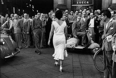 Fotografia di De Biasi. Nella sua Milano degli anni '50, del boom economico, di tanti sogni e miti americani in testa c'è anche lui.