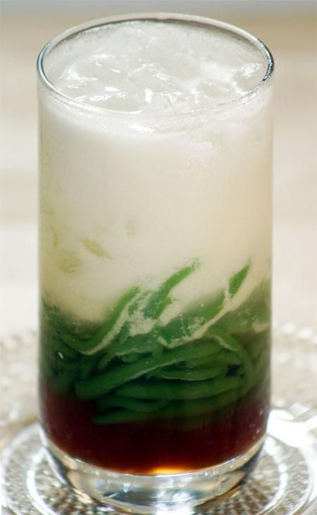 The dessert's basic ingredients are coconut milk, a worm-like jelly made from rice flour with green food coloring (usually derived from the pandan leaf), shaved ice and palm sugar. Other ingredients such as red beans, glutinous rice, grass jelly, creamed corn, might also be included (WIKIPEDIA)