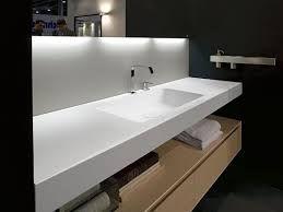 encimera corian con muebles bajo lavabo suspendido