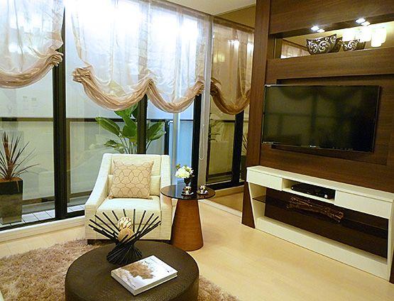 L221光が差し込むリビング白いソファと自然色の床、全面窓から差し込む光と調和して明るいリビングに。