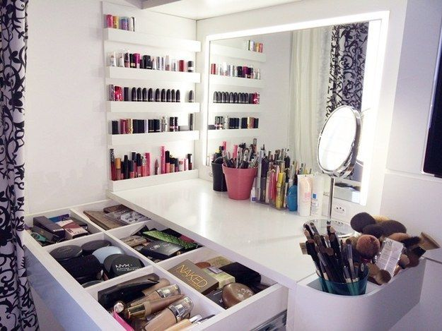 Ver uma coleção impecável de maquiagem. | 21 pequenos prazeres que só quem ama maquiagem vai entender                                                                                                                                                                                 Mais