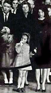 JFK a été fait l'éloge dans la rotonde du Capitole. Brief panégyriques ont été livrés à l'intérieur de la rotonde par la majorité au Sénat Mike Mansfield du Montana, le juge en chef Earl Warren, et président de la Chambre John W. McCormack.
