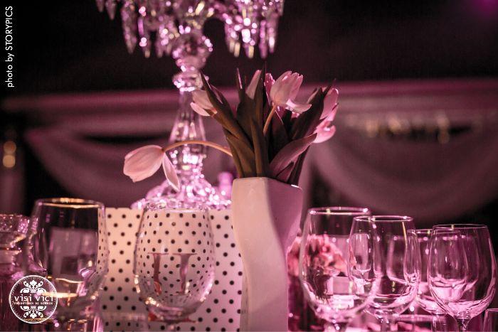 A mesa de jantar com flores. Adoramos TULIPAS!  all by VISI VICI