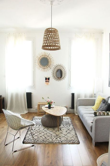 Une suspension en rotin dans un salon scandinave