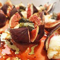 Figos assados com queijo e hortelã